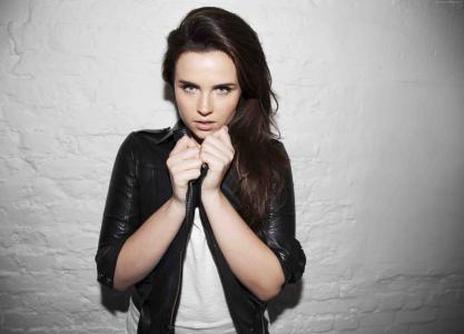 英国女演员Emer Kenny身穿黑色皮夹克