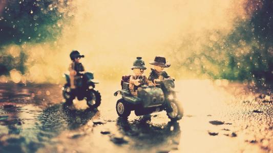 摩托车上的玩具击中了雨
