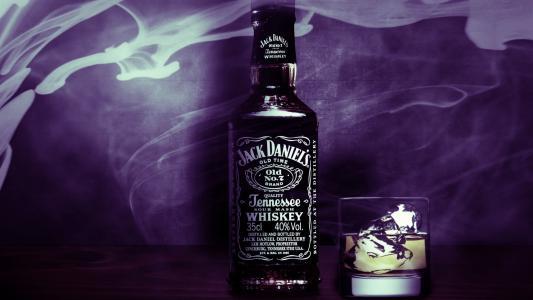 在紫罗兰色背景的威士忌杰克丹尼尔斯