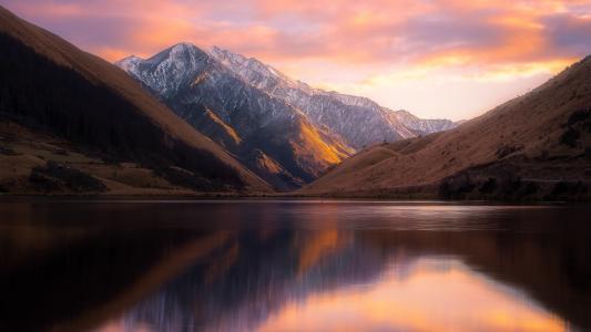 新西兰山间的柯克帕特里克湖中宁静的水