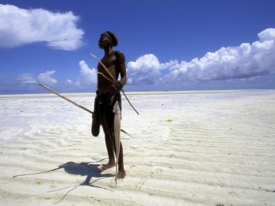 渔夫在浅水/桑给巴尔/坦桑尼亚/非洲岸上