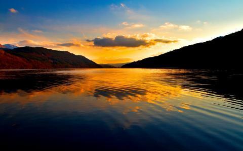 落日的水面