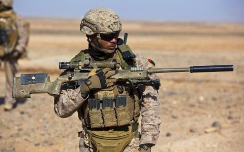 士兵狙击手在沙漠中
