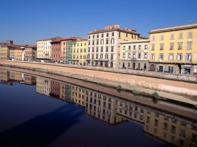 运河的河岸上的房子在比萨,意大利