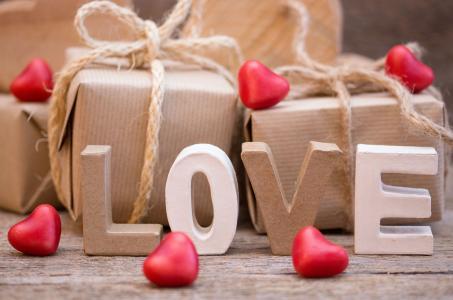 浪漫的礼物和题字爱用红色的心