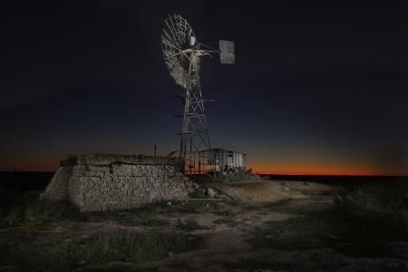 在澳大利亚的夜空下的风力涡轮机