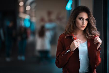 一件红色夹克的棕色眼睛长发黑发女孩
