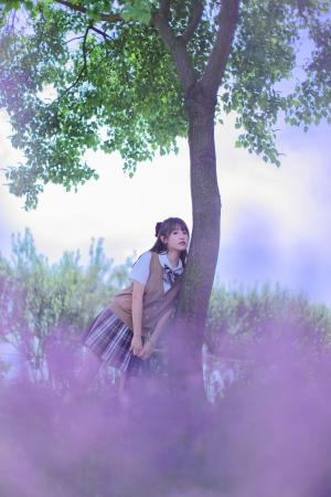树下甜美女孩可爱写真