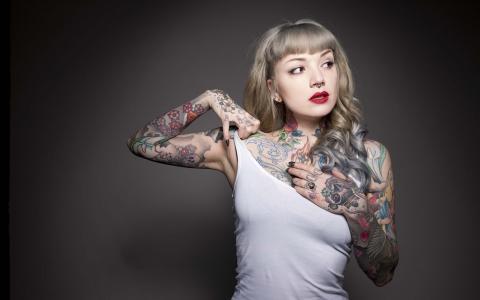 纹身的女孩穿着白色的t恤