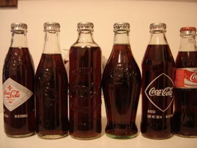 不同瓶装的可口可乐