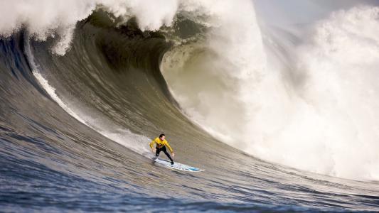 在一个非常大的波浪冲浪