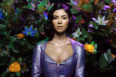 英国歌手布鲁内特滨海和钻石在一个美丽的礼服