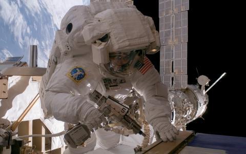 宇航员在轨修理