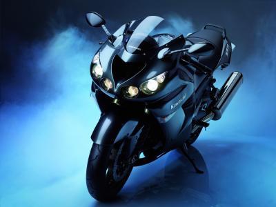 路上的新摩托车川崎ZZR 1400