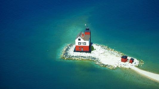 在一个石质的岛屿上的灯塔