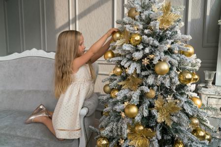 小女孩穿着一棵圣诞树新年