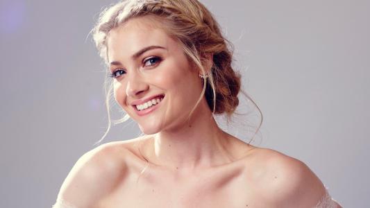 美丽微笑的女演员Skyler塞缪尔