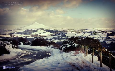 在山上的冬季道路