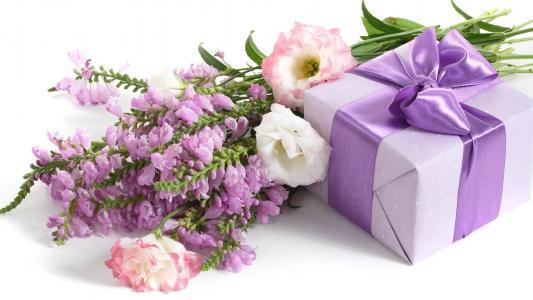 3月8日,一束鲜花和一个女孩的礼物