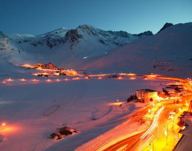 晚上在法国提涅滑雪胜地发光