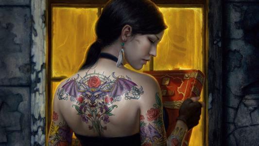在她背上的龙纹身的女孩