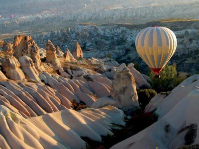 气球在白色的山脉