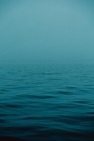 蔚蓝寂静的海水