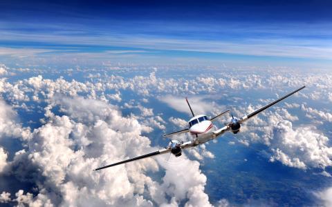 在云层之间的飞机