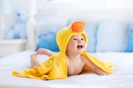 一个小小孩在一个小鸭服装