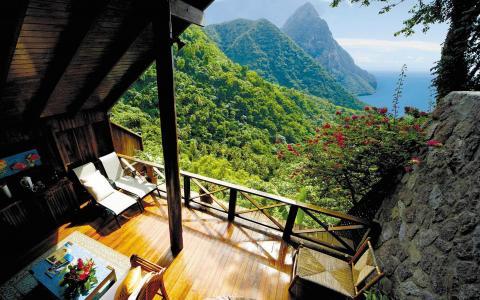 阳台在海边的房子里