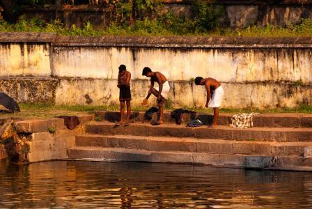 瓦卡拉的居民将要洗澡