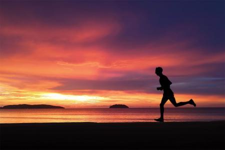 海滩落日奔跑剪影