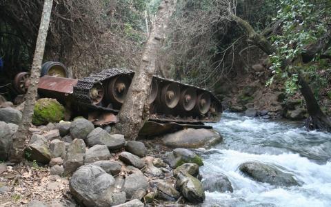 在河里倒立的坦克