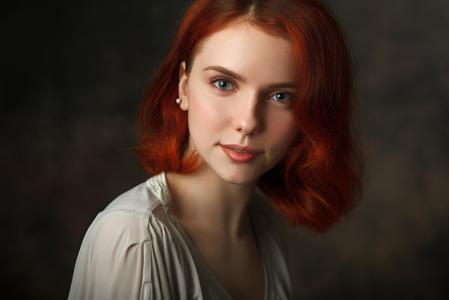 有短的红头发的美丽的蓝眼睛的女孩
