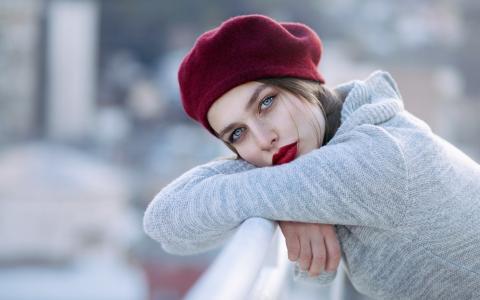 灰色的毛衣和红色贝雷帽的女孩