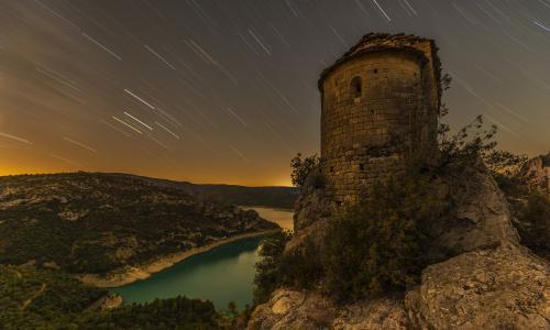 在西班牙La Pertusa教堂上空的夜空海星