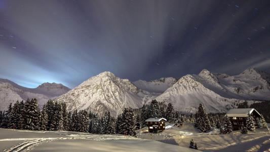 白雪覆盖的山脉之上的光线