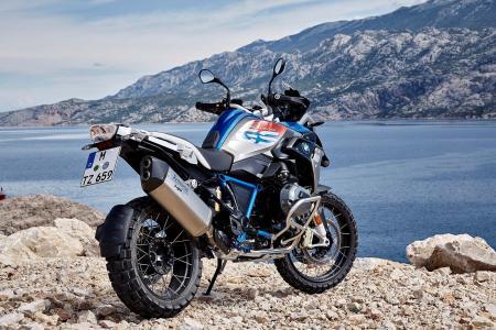 摩托车宝马R1200GS拉力赛背景下的山