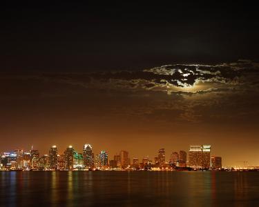 云彩背后的月亮