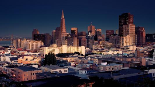 旧金山市的晚上摩天大楼