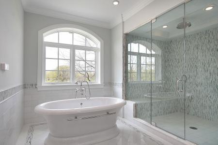 浴室和宽敞的淋浴