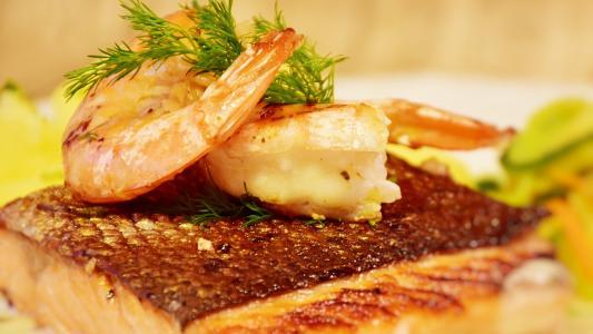 鲜嫩三文鱼搭配可口大虾