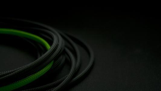 黑色之间的绿色电线