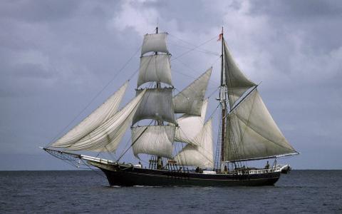 一艘白色的帆船在海里
