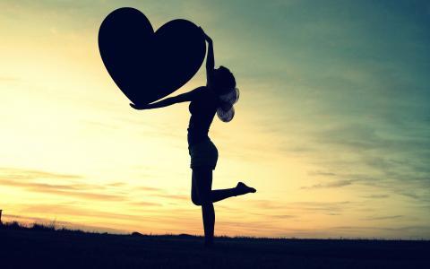 女孩抱着一颗心