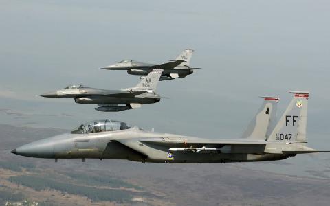 F-16和F-15鹰飞机的一个分队