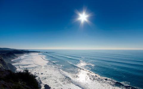 炎热的太阳在海上