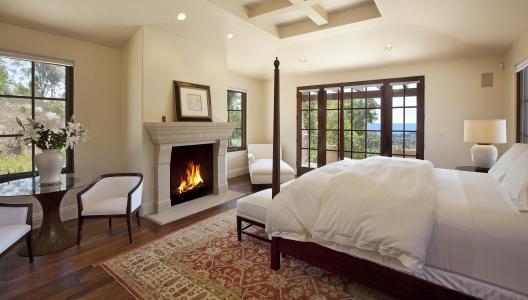 室内有壁炉的卧室