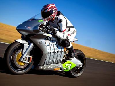 在比赛期间的摩托车骑士