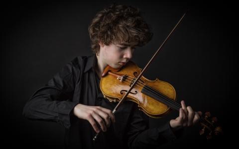 男人拉小提琴